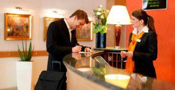 Cómo encontrar trabajo de recepcionista de hotel